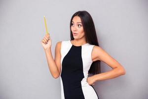 Frau hält Bleistift foto
