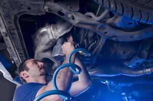 Mechaniker mit Luftschlüssel foto