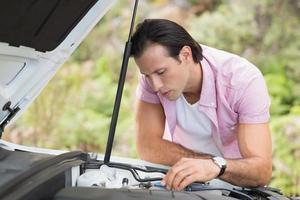 gestresster Mann, der Motor ansieht