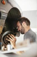 Automechaniker, der Auto repariert foto