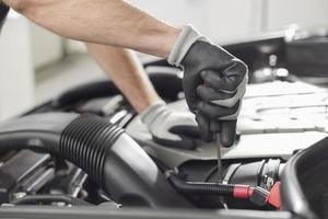 beschnittenes Bild des Automechanikers, der Auto repariert foto