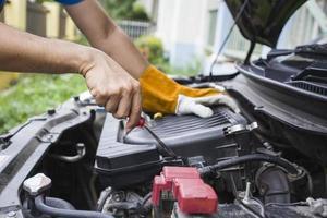 Der Mechaniker überprüft den Motor täglich foto