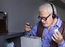 Mann repariert den Safe foto