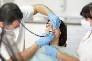 Zahnärzte, die an solvinen Zahnschmerzen arbeiten foto