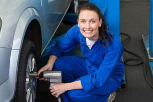 Mechaniker, der das Reifenrad einstellt foto