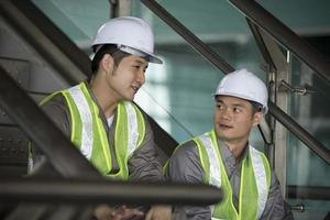 Zwei asiatische Wirtschaftsingenieure arbeiten foto