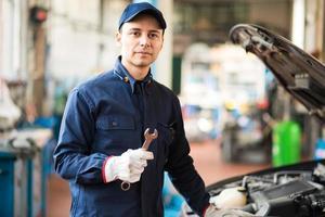 Mechaniker hält einen Schraubenschlüssel foto