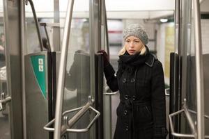 Frau in der U-Bahn.