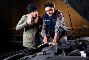 Der Kunde ist wütend auf den Mechaniker foto