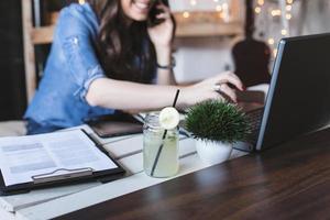 schöne Hipster-Frau mit Laptop im modernen Büro foto