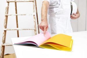 Maler Mann wählen Farbe aus Proben foto