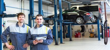 Zwei-Mann-Mechaniker arbeiten foto