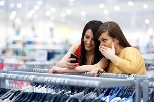 beste Freunde einkaufen foto