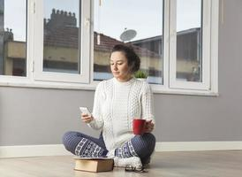junge Frau, die Textnachricht sendet foto