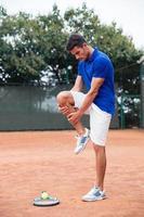 Aufwärmen des Tennisspielers im Freien foto