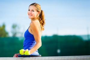 Porträt eines hübschen jungen Tennisspielers auf dem Platz foto