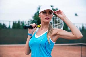 Frau spielt im Tennis im Freien foto