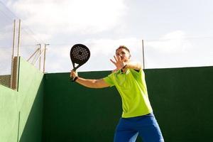 süßer Kerl spielt Tennis foto