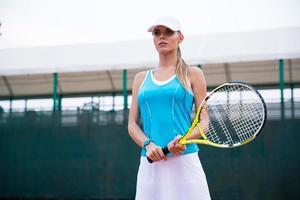 Porträt einer charmanten Tennisspielerin foto