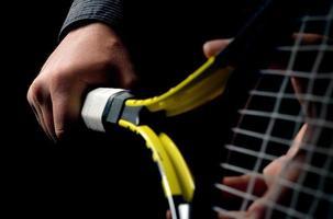 Hand auf Griff und Tennisschläger schwingen