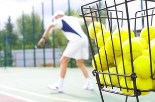 Korb für Tennisbälle foto