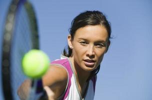 Tennisspieler schlägt Ball foto