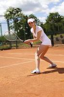 Frau spielt Tennis im Sommer foto