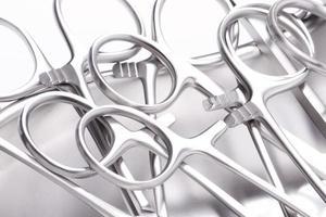 verschiedene chirurgische Instrumente handhaben foto
