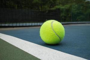 Tennisball auf dem Platz foto