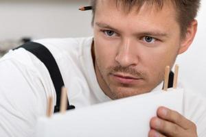 Mann, der Möbel zusammenbaut foto