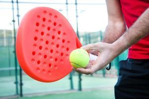 Mann, der Paddle-Tennis spielt foto
