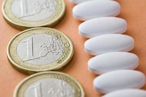 Konzept der sanitären Zuzahlung; Geld und Medikamente foto