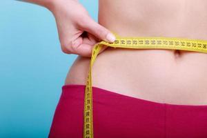 Diät. Fitness Frau fit Mädchen mit Maßband messen Taille foto