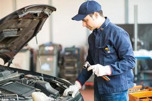 Porträt eines Mechanikers mit einem Schraubenschlüssel foto