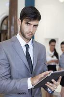 Geschäftsmann, der an der digitalen Tablette arbeitet