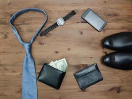 Gentleman-Konzept. Krawatte Dollar Uhren Smartphone und Schuhe foto