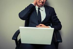 Geschäftsmann mit Nackenschmerzen