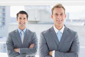 zwei Geschäftsleute, die in die Kamera lächeln foto