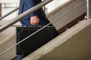 Geschäftsmann die Treppe hinaufsteigen foto