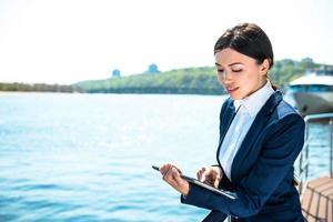 Konzept für junge moderne Geschäftsfrau foto