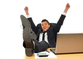 glücklicher junger Geschäftsmann foto