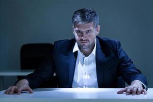 Porträt eines wütenden jungen Geschäftsmannes foto
