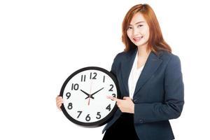 asiatische Geschäftsfrau zeigt auf eine Uhr foto