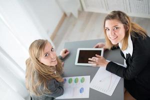 zwei junge Geschäftsfrau, die Daten analysiert foto