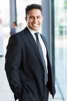 indischer Geschäftsmann im schwarzen Anzug foto