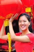 glückliche asiatische Frau im Frühlingsfest foto