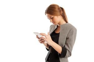 beschäftigte weibliche Geschäftsführerin, die an Tablette arbeitet foto