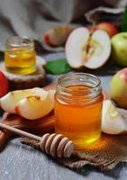 Honig mit Apfel für Rosch Haschana, jüdisches Neujahr foto