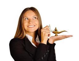 Geschäftsfrau hält eine Lampe von Aladdin. foto