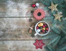 Weihnachtsdekoration (Neujahr) Hintergrund: eine Tasse voller Farbe